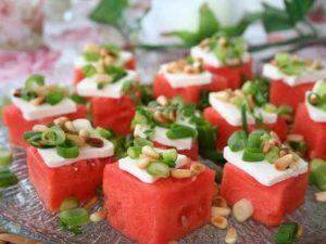 Vannmelon med fetaost, pinjekjerner og vårløk